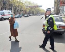 Бабушка переходит дорогу неправильно