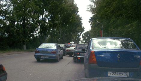 Ближе к мосту поток автомобилей плотнее