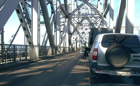 Пробка на самом мосту, причина остановки так и неизвестна
