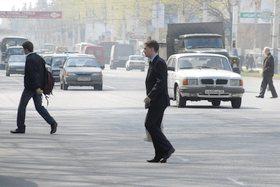 Пешеходы переходят в неположенном месте